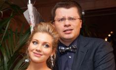 Гарик Харламов держит Кристину Асмус под замком