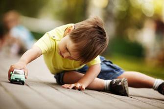Если ребенок ни в какую не хочет убирать игрушки - это повод для скандала?