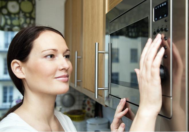 убрать неприятный запах из микроволновки