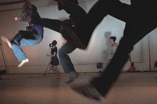 «ДАЛЕКО ОТСЮДА...» «ДАЛЕКО ОТСЮДА...» Liquid Theatre (Москва-Челябинск)Хореограф Виктор Хьюго Понтеш (Португалия)