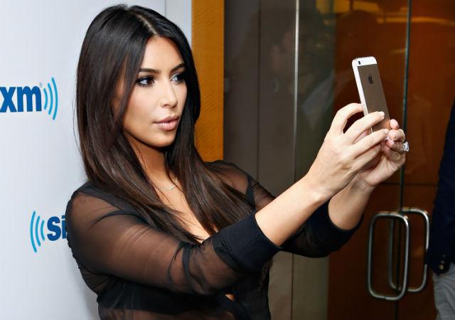 Ким Кардашьян за работой – производит селфи