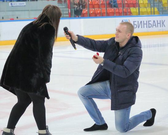 Предложение руки и сердца на льду