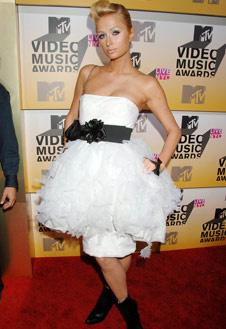 К Пэрис Хилтон: зачем ей вторая юбка, которая визуально «укоротила» ее ноги?