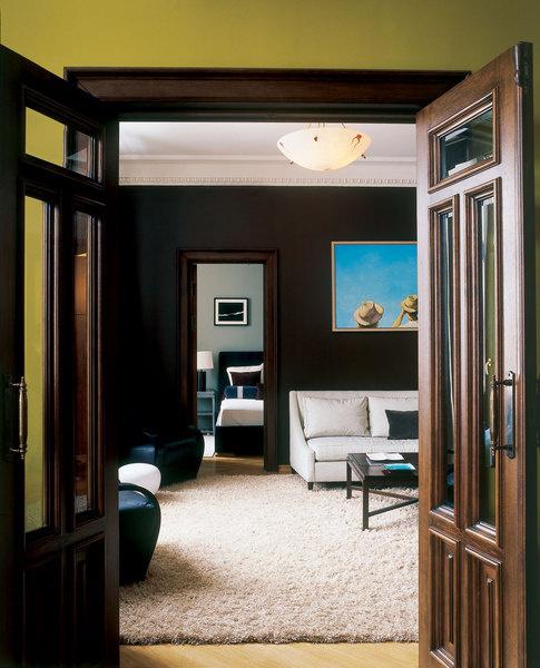 Благодаря классической анфиладной планировке интерьер выглядит благородно и респектабельно.