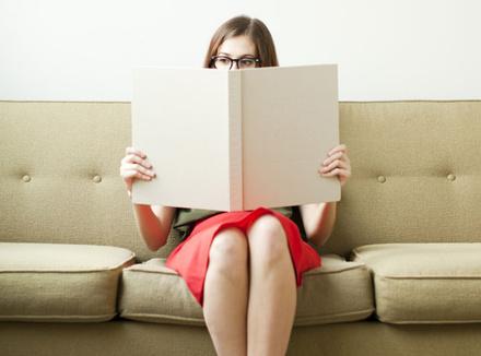 Женщина сидит на диване