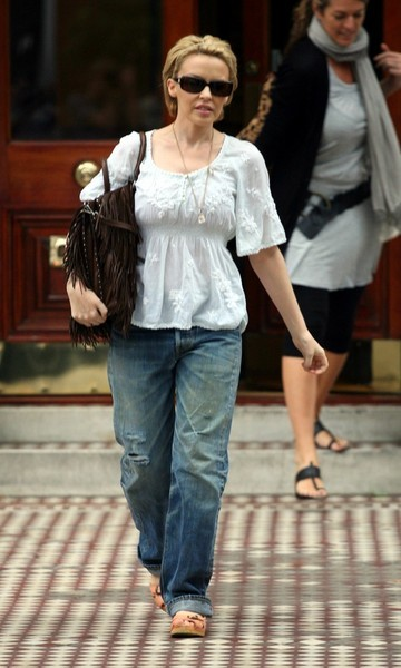 Кайли Миноуг выбрала романтичный верх и грубый низ для прогулки.