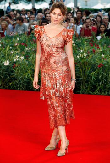 За излишний блеск и несуразность кроя, платье актрисы Стеллы Шнабель (Stella Schnabel) осудили некоторые участники второго дня кинофестиваля.