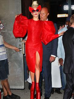 Леди ГаГа (Lady GaGa) к лицу красный цвет