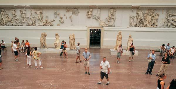 Пергамский алтарь (II век до н. э.) — сердце музея Пергамон. Ежегодно музей посещают 850 000 человек