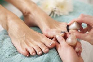 Каким цветом красить ногти на ногах