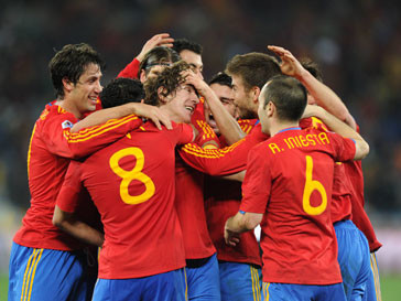 Испанские футболисты радуются победе в финале матча с Германией