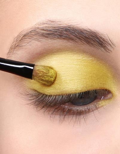 Шаг 2. Интересным решением для такого макияжа станет сочетание яркого желтого оттенка с бирюзовыми...