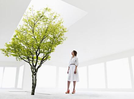 Женщина, смотрящая на дерево
