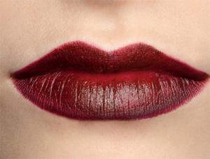 Четкий контур и небрежный макияж губ — это модно.