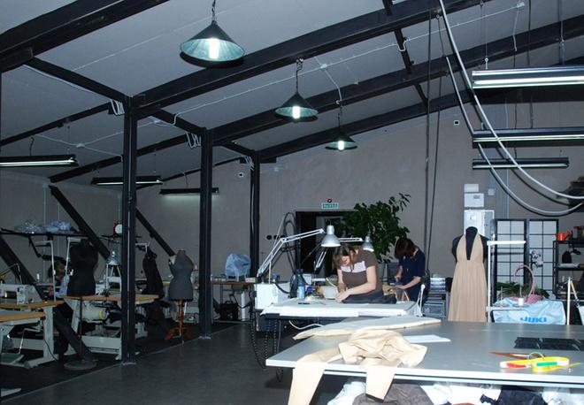 В отличие от зала, где проходила примерка, помещение, где работают швеи, гораздо больше.