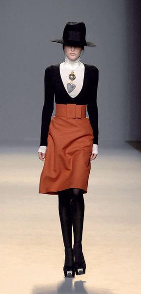 Джамбаттиста Валли довершает женственный наряд «мужской» шляпой