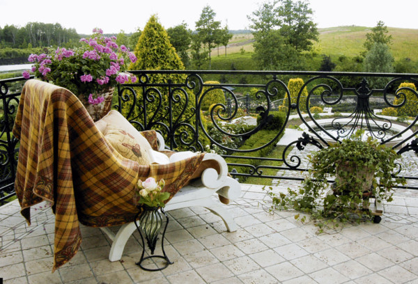 Любоваться садом лучше всего, сидя на примыкающей к столовой открытой террасе