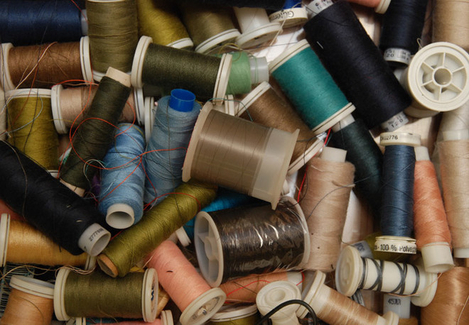Горы катушек, нитей и приспособлений для шитья – неотъемлемая составляющая каждой дизайнерской мастерской.