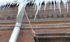 В Москве снежная глыба упала на коляску с младенцем