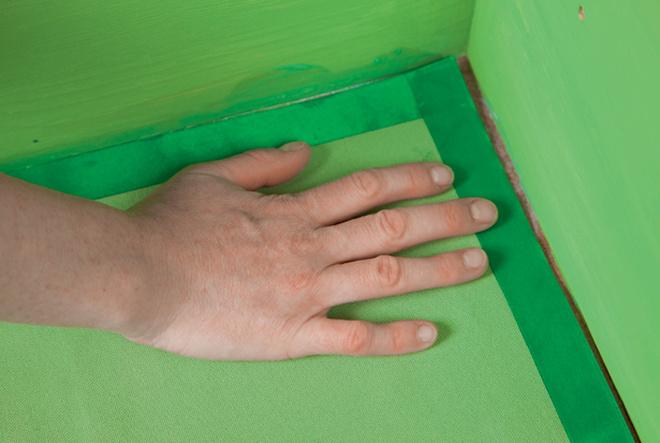Из зеленой ткани выкраивают трипрямоугольника, поразмерам соответствующих дну ящика.