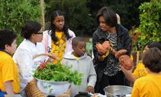 Мишель Обама собрала первый урожай тыквы с огорода Белого дома