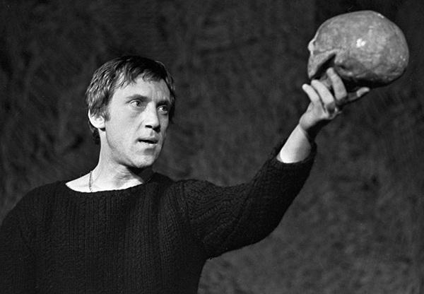 Владимир Высоцкий в роли Гамлета в Театре на Таганке, фото