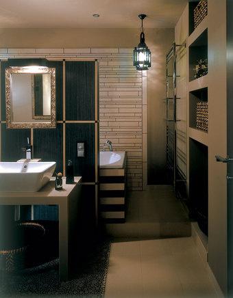 Одна из стен, саркофаг ванны и перегородка выложены плиткой от Viva Ceramica. Анна не жалует этот отделочный материал, но заказчик был неумолим.