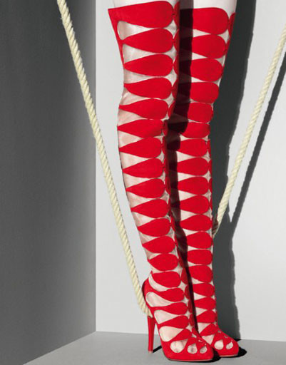 Эффектные красные сапоги выше колена вошли в коллекцию Christian Louboutin сезона осень-зима 2009/10
