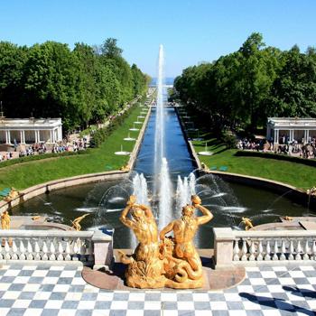 Майский Петергоф - это роскошные парки, пруды, фонтаны, статуи, трельяжные беседки и множество музеев.
