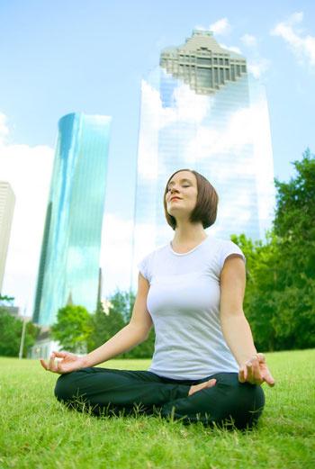 Йога способствует повышению уровня гормонов «счастья» дофамина и серотонина и снижению количества гормона «стресса» - кортизола.