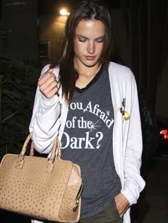 """""""Вы боитесь темноты?"""" гласит надпись на футболке."""
