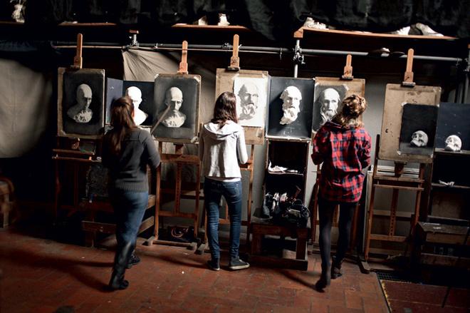 Студенты в Школе Чарльза Сесиля рисуют гипсовые слепки.