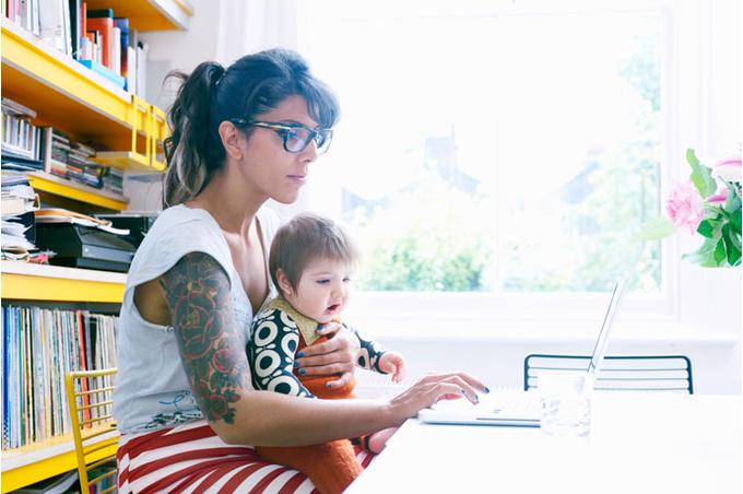 Мама и ребенок за компьютером