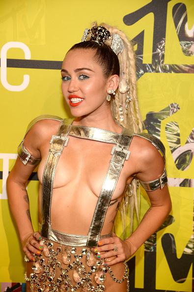 Майли Сайрус приехала на церемонию MTV VMA почти голой