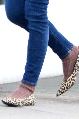 Детский свитер, невнятные джинсы скинни и леопардовые балетки