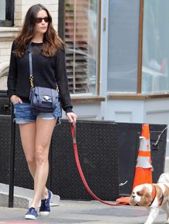 Лив Тайлер (Liv Tyler) на прогулке с собакой