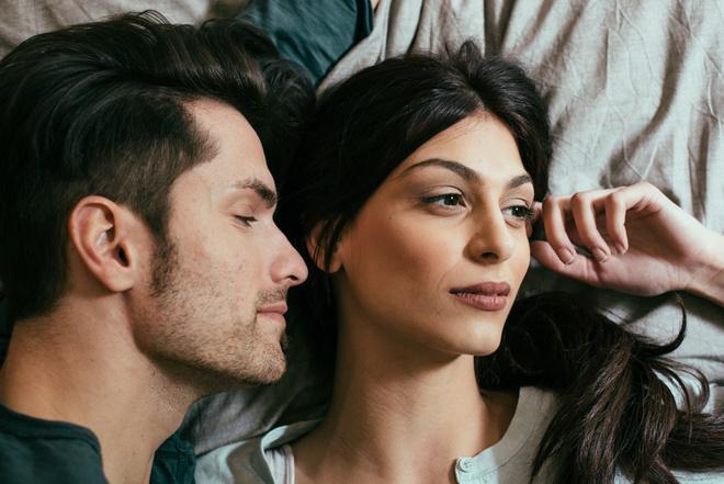 Секс женщина занимается любовью с двумя мужчинами фото 346-311