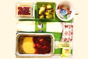 На тарелке в самолете компании Thomsonfly вас ждет симпатичный цыпленок в томатном соусе.