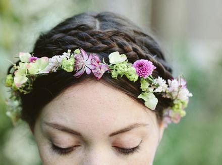 Молодая женщина с цветами