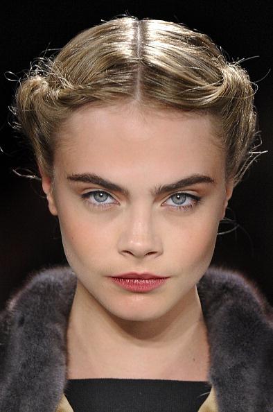 «Визитная карточка» модели Кары Делевинь – широкие брови.