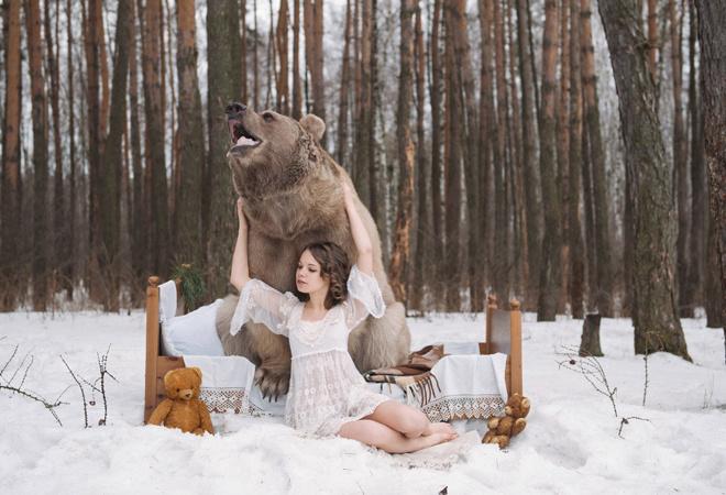 медведь с голой девушкой