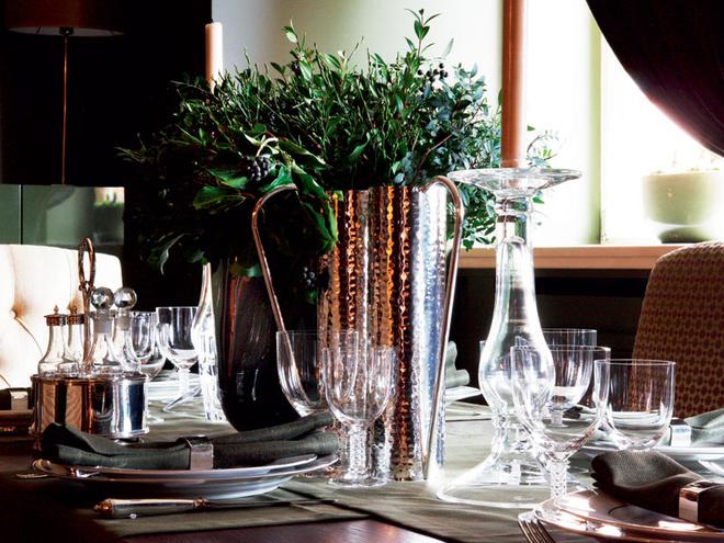 Гостей вдоме любят, поэтому стол сервируется часто. Бокалы, графины, тарелки, приборы, Flamant.