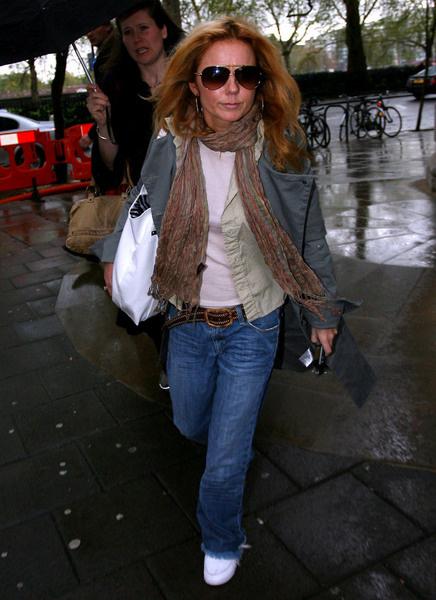 Джерри Холиуэлл - образец подражания в том, что касается многослойности. Широкие джинсы она надела с топом, поверх которого надела несколько тонких курток и небрежно накинула шарф.