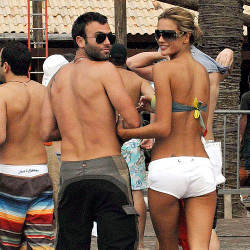 Алессандра Амброзио и Джеми Мазур проводят День влюбленных на пляже в Бразилии (2007 год)