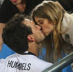 Осторожно, горячо! Поцелуи на трибунах Евро-2016
