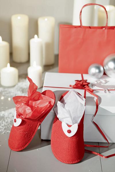 Идея №5. Рождественский тапочек. Домашние тапочки, да еще сшитые из плотного красного фетра, – неплохая замена традиционному рождественскому носку. Ну а поскольку обувь всегда выпускается парой, то и подарков окажется вдвое больше!