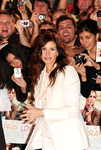 Актриса не разочаровала английских поклонников, раздав множество автографов.