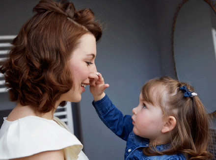 Дочь наносит крем маме на нос