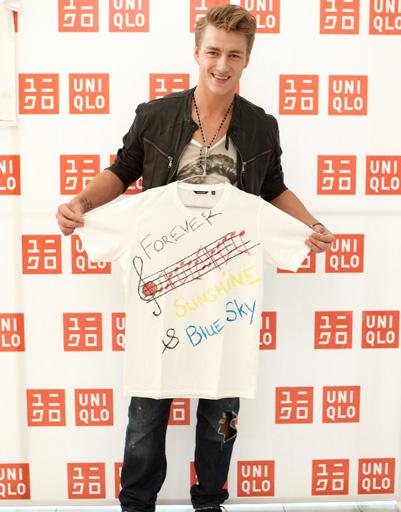 Алексей Воробьев с футболкой Uniqlo собственного дизайна