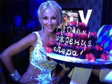 Лера Кудрявцева угостила гостей своего праздника трехэтажным тортом.